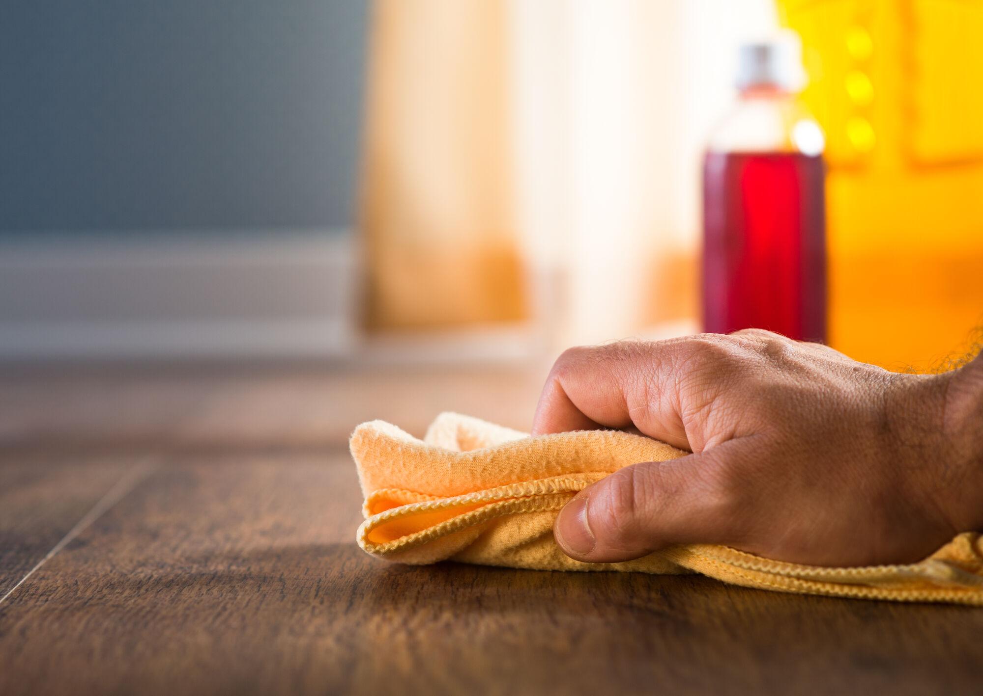 Hoe reinig ik mijn parket na de eerste keer oliebehandeling?